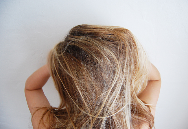 how to apply dry shampoo without white residue